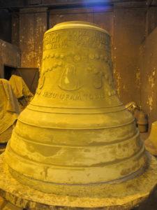 Dekoracje pokryte pierwszą warstwą gliny.